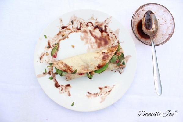 Avocado-Frambozen Wrap met Chocolade Vinaigrette 2 | Danielle Joy